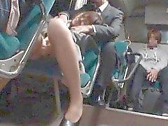 Asian girl im Bus und die bekommen ihre Pussy masturbiert