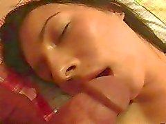 Adolescente dormindo morena de lingerie recebe perfurados na cama