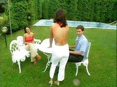 Sandra Romain und Freund ficken im Garten in der Teezeit
