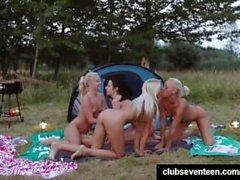 Малые Titted лесбиянкам из Голландии повеселиться на свежем воздухе