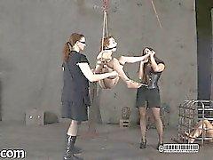 Hållen tjej hissas och sträckas fram för her tortyr