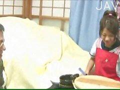Japanese in der Uniform gibt Kopf