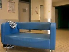 Горения обнаженной в течение университетском коридор