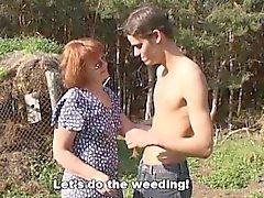 Cachondo muchacho de granja folla a una pelirroja maduro Aire libre