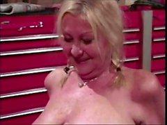 Molliges blond Oma Anastasia Sande fickt die mechanische in der Tiefgarage