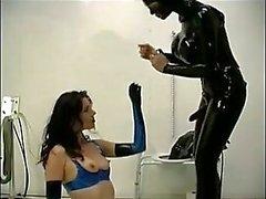 Slave ruft den Arsch in die Toilette gebohrte