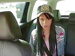 Maquette chaude se fait baiser à en taxi