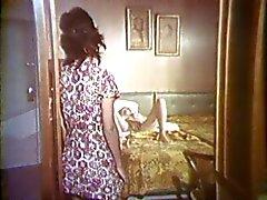 Cousin a Betty cuenta con su gatito hippy follada por hombre y una esposa en el dormitorio