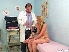 Пожилые экзамен в гинекомастия офисе