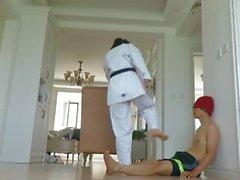 chica taekwondo (patadas de giro de salto, patadas altas)