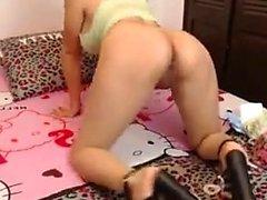 Hot Girl hat eine spaßige anale Zeit vor der Webcam
