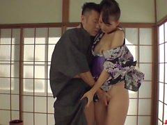 Traviesa Yui Oba disfruta hombre lamer y chupar sus tetas