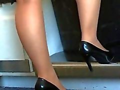 Candid jogo sapato de fivela na meia-calça tan