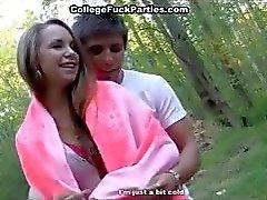Studenten neuken in het bos