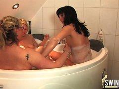 azione lesbo Trio in bethroom