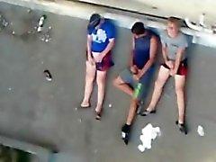 Fångat broder med 2 Heterosexuell kompisar wanking på ett tak .