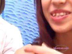2 meninas asiáticas Beijar Escupindo Tongues Mamando recebendo seus Mamas esfregado por Schoolgirl no sofá