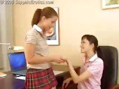 Twee geile jonge lesbische schoolmeisjes likken en neuken met een strapon