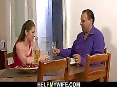 Hij bracht pizza en neukte zijn jonge vrouw