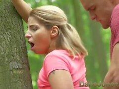 Dane Jones baise en plein air dans les jeunes amants publics trouver arbre parfait pour baiser sur