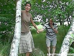 Пирсинг брюнетка подросток Andrea отсосать старого член