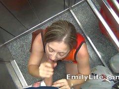 Fellation im Aufzugs