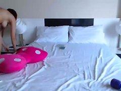 Stunning spogliarello rossa bambino e giocando in webcam