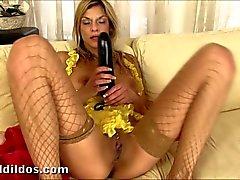 Klarisa bestraft ihr Arschloch mit einem großen Dildo
