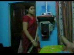 Индийская домохозяйка застенчиво, чтобы показать ее актив к своему мужу