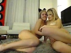 Лесбиянки подростки пальцы и оральный киска лизать