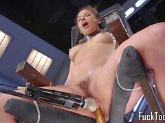 Babe restrita a cadeira para brinca buceta