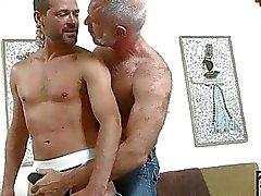 Äldre homosexuella hunk får spela med yngre hårt cum shooter
