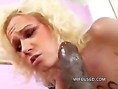 Blonde houdt van grote zwarte pik in haar mond en kut
