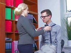MOM Blonde große Titten Milf saugt massiven Geek Hahn