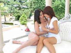 Cassie droit et Suzy Rainbow dans le plaisir en plein air strapon