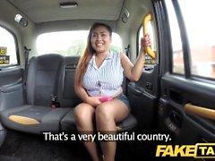 Fake Taxi Thai Masseuse mit großen Titten arbeitet ihre Magie