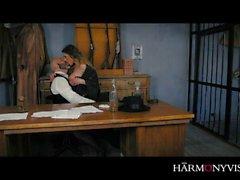 HARMONY VISION Le shérif Anal baisant le prisonnier