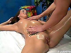 Jenna Rose är förförd och knullas hård vid hon Massage