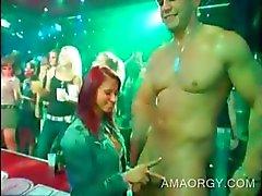 Twee party babes geneukt door CFNM orgie strippers