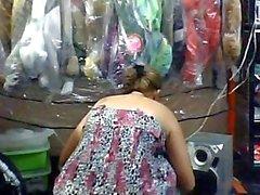 Vendedora Muestra de La tetas en tienda Publicidad