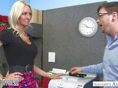 MILF Emma Starr onu arkadaşı baştan çıkarır - Naughty Office - Naughty America