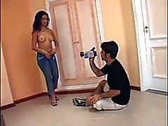 Atemberaubende young analen brünett Latina mit großer Meisen liebt es großen Schwanz zu saugen