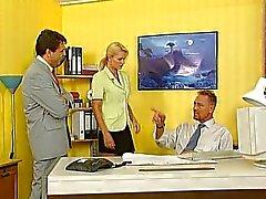 Nicoletta Blue - Secretaresse geneukt in het kantoor