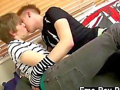 de kysser varandra och hångla hårt