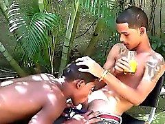 Exotic med twinks kamrater leka bandet dominoeffekt för att en kuk
