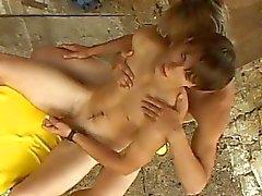 Kaksi herättänyt homo dudes suudella ja antavat toisilleenhandjob ulkona