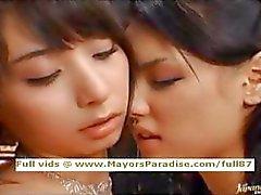 Maria en Yuka Osawa onschuldige Aziatische meisjes likken en vingerzetting