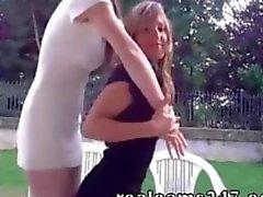 De deux de filles de came s'affichent la nudité publique de webcam