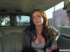 Roxii Blair wird im Bus gefickt