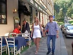 Немецкая пара играют друг с другом на публике